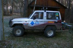 авомобиль: TOYOTA Land Cruiser 70 подготовка 'Туризм' Шина: BFGoodrich  MUD-TERRAIN T/A KM2 33x10,50R15/C Диски:   US 70 White 8 Spoke